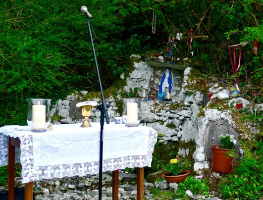 altar at the well