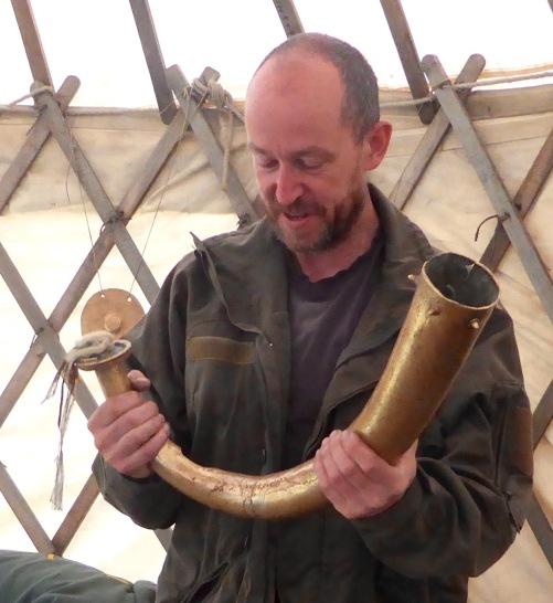 hoelger holding horn